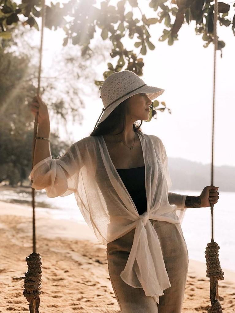 Potret Janisaa berpose di ayunan dengan latar pantai yang indah. Calon istri Mike Lewis ini tampil kasual dan cantik.