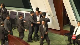 VIDEO: Oposisi Hong Kong Dikeluarkan saat Rapat Dewan