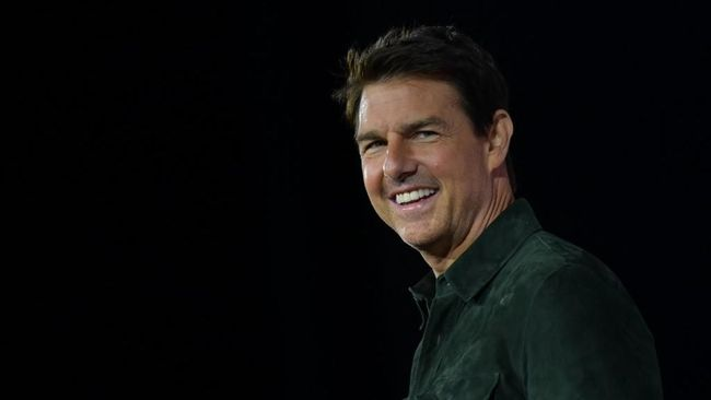 "Actor Tom Cruise makes a surprise appearance in Hall H to promote ""Top Gun: Maverick""  at the Convention Center during Comic Con in San Diego, California on July 18, 2019. (Photo by AFP  / AFP)"