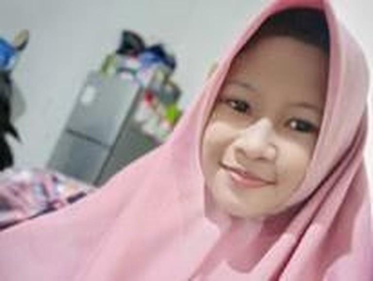 Berikut salah satu potret cantik calon istri Ponari menganakan hijab.