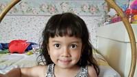 Dayana Zoelie Ibrahim atau kerap disapa Zoe adalah putri bungsu pasangan Baim dan Artika Sari Devi. Tingkah yang kocak membuat Zoe jadi favorit Tante online nih, Bun. (Foto: Instagram @zoeibrahim)