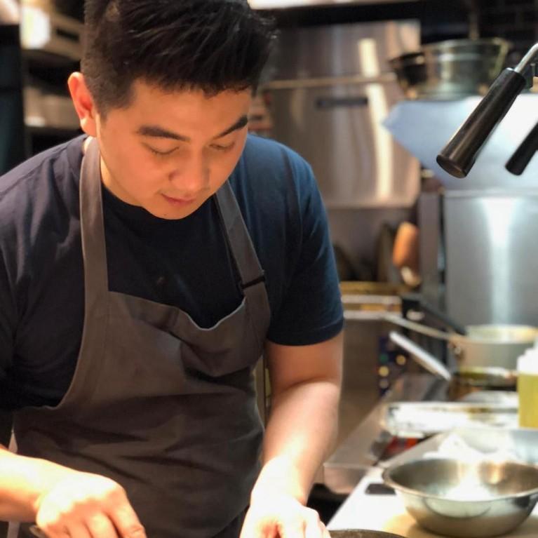 Meski terkenal sebagai chef ternama, siapa sangka jika bapak satu anak itu ternyata tidak mau dibilang chef karena dirinya tidak pernah sekolah masak dan sertifikat. Chef Arnold belajar masak otodidak dan belajar dari sang ibunda.