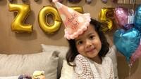 <div>Birthday Girl! Ini waktu Zoe merayakan ultah ke-5. Pingin nyubit pipinya yang menggemaskan ya, Bun. (Foto: Instagram @artikasaridevi)</div>