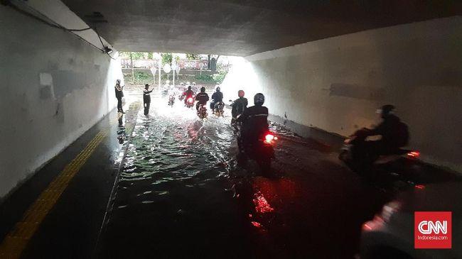 Perlu dipahami bersama, parkir sembarangan di jalanan, saat hujan ataupun tidak, adalah pelanggaran lalu lintas.
