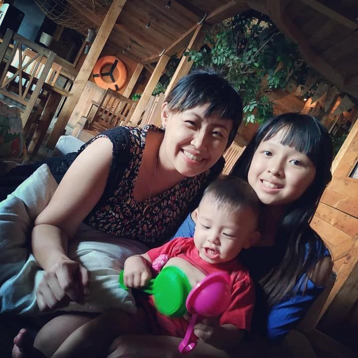 Pinkan Mambo sempat eksis sebagai penyanyi saat berduet dengan Maia Estianti. Lama menghilang, ternyata kini Pinkan terlihat bahagia membesarkan anak-anaknya.