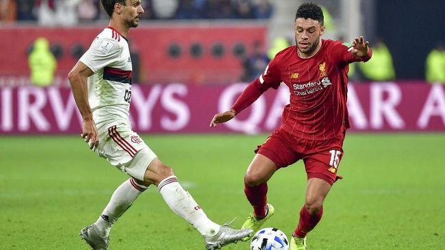 Gelandang Liverpool Alex Oxlade-Chamberlain mengamuk di bangku cadangan timnya saat melawan Manchester United, Minggu (19/1).