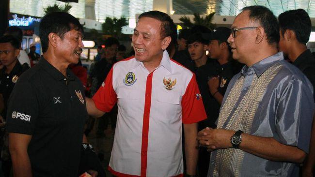 Ketua Umum PSSI Mochammad Iriawan (tengah) didampingi Anggota Exco PSSI Hasani Abdulgani (kanan) berbincang dengan Asisten Pelatih Indra Sjafri (kiri) saat melepas keberangkatan para pemain Timnas Usia 19 yang akan berlatih ke Thailand di Bandara Soekarno Hatta, Tangerang, Banten, Senin (20/1/2020). Sebanyak 28 pemain usia 19 tahun selama dua pekan melakukan pemusatan pelatihan di Thailand yang ditangani langsung pelatih kepala Shin Tae-Yong dan asisten pelatih Indra Sjafri untuk persiapan menghadapi Piala Dunia U 21 yang akan berlangsung di Indonesia pada 2021. ANTARA FOTO/Muhammad Iqbal/ama.