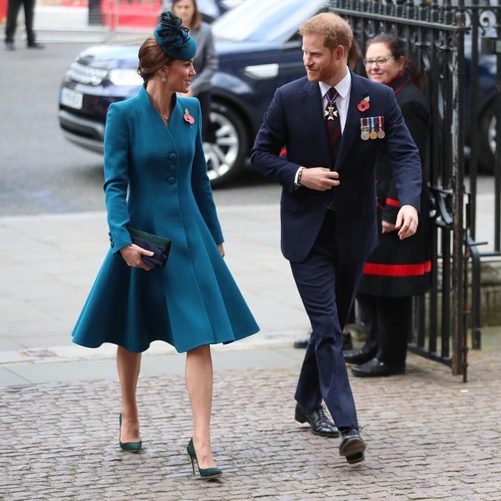 <p>Pangeran Harry dan Kate Middleton terlihat akrab dan mengobrol saat menghadiri ANZAC (Australian and New Zealand Army Corps) Day pada April 2019. (Foto: Instagram @kensingtonpalace)</p>