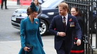 <p>Pangeran Harry dan Kate Middleton terlihat akrab dan mengobrol saat menghadiri ANZAC (Australian and New Zealand Army Corps) Day pada April 2019. (Foto: Instagram @kensingtonpalace)</p>