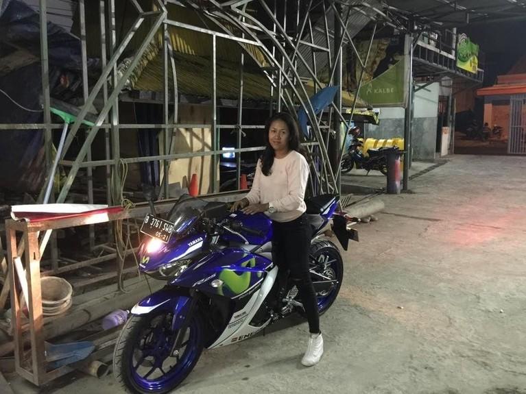 Potret Fanni Aminadia saat menaiki motor mewahnya.