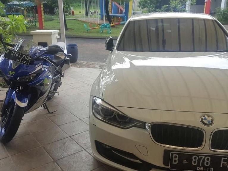 Dalam unggahannya di media sosial, Fanni diketahui mempunyai mobil dan motor mewah.