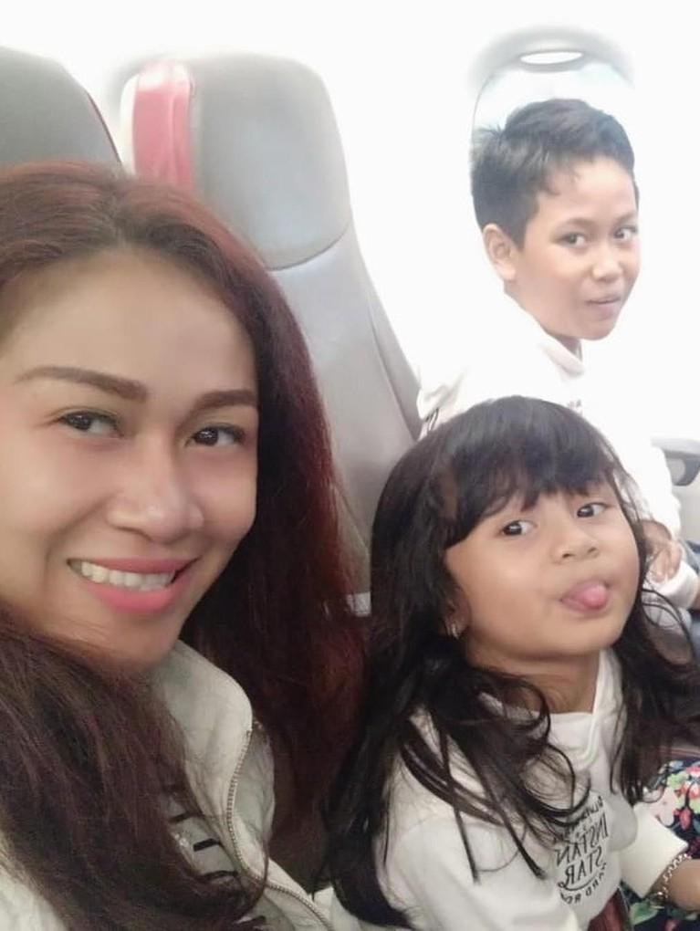 Potret Fanni saat berada di pesawat bersama anak-anaknya.