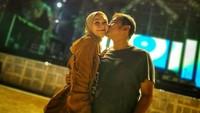 <p>Sudah 10 tahun menikah, Zaskia Adya Mecca dan Hanung Bramantyo selalu mesra. Usia keduanya terpaut 12 tahun, tapi itu bukan kendala berarti. (Foto: Instagram @zaskiadyamecca)</p>