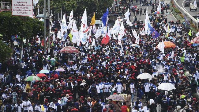 Ratusan buruh menggelar aksi unjuk rasa menentang omnibus law di Jakarta, Senin (20/1/2020). Dalam aksinya mereka menolak omnibus law yang dinilai hanya menguntungkan pengusaha dan investor serta merugikan pekerja di Indonesia. ANTARA FOTO/Akbar Nugroho Gumay