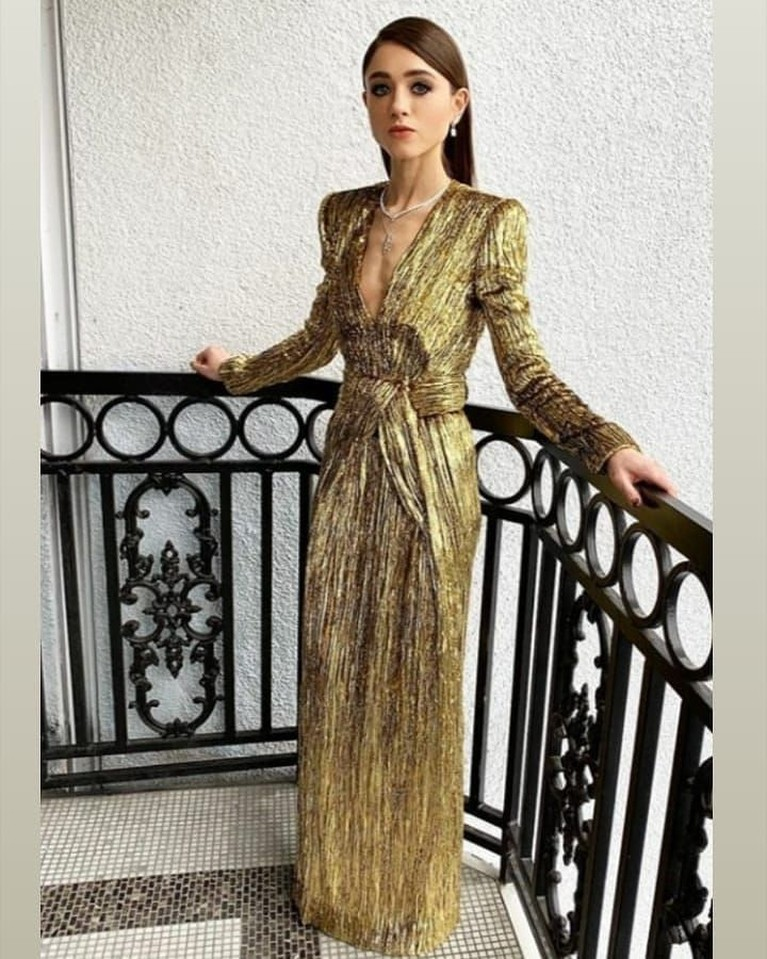 Natalia Dryer, gaunnya terlihat mencolok dengan warna emas dan belahan dada tinggi namun tak menampilkan kesan glamour.