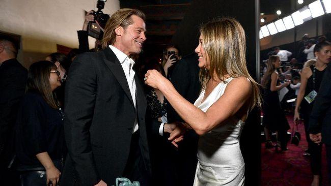 Brad Pitt memandang intens Jennifer Aniston kala menang di SAG Awards, bukan hanya itu, Pitt juga menggenggam tangan Jen di belakang panggung.