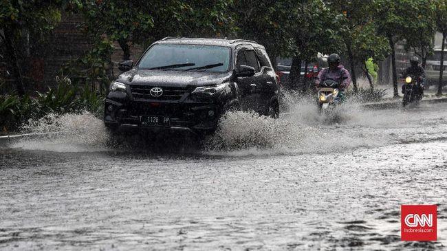Hujan mungkin bisa jadi bencana berupa kecelakaan lalu lintas bila pengemudi sembrono di jalan.