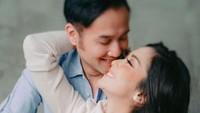 <p>Beda usia 15 tahun, Ririn Dwi Ariyanti dan Aldi Bragi berhasil menjaga rumah tangga mereka tetap harmonis, walaupun ini adalah pernikahan kedua bagi Aldi. (Foto: Instagram @ririndwiariyanti)</p>