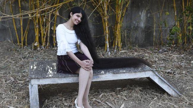 Nilanshi Patel seorang perempuan India, mengantongi gelar Guinness World Record untuk rambut terpanjang seperti putri Rapunzel.