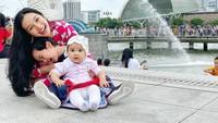 <p>Meski sibuk dengan aktivitas sebagai public figure, Tya selalu menyempatkan waktu untuk bermain dengan anak-anaknya. (Foto: Instagram @tyaarifinnw)</p>