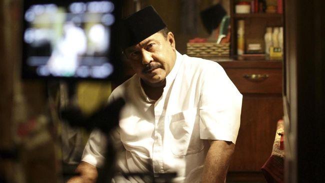 Review film Akhir Kisah Cinta Si Doel menggambarkan pemenuhan janji Rano Karno menutup hubungan cinta segitiga Doel-Sarah-Zaenab.