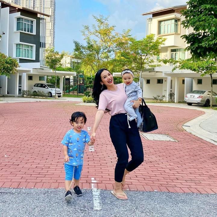 Tya Arifin adalah menantu penyanyi Siti Nurhaliza. Di usianya yang masih muda, Tya sudah punya dua anak. Bunda intip yuk kekompakan Tya saat bersama anaknya.
