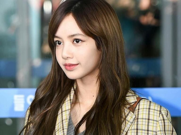 Kedatangan Lisa BLACKPINK di bandara Incheon Korea Selatan menjadi sorotan.