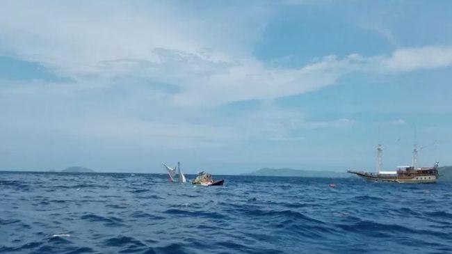 Gelombang tinggi diduga jadi penyebab kapal terbalik yang ditumpangi para wartawan usai meliput kegiatan Presiden Jokowi.