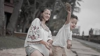 Dahlia juga enggak sungkan membagikan foto-fotonya saat mengasuh anak, walau kelihatannya seperti mengurus adik sendiri ya, Bunda? He-he-he. (Foto: Instagram @dahliachr)