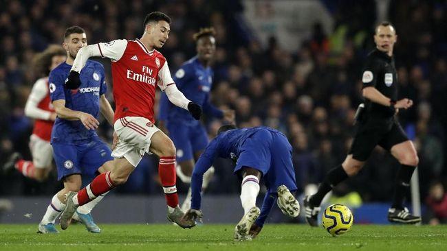 Terpelesetnya N'Golo Kante di laga Chelsea vs Arsenal disamakan dengan insiden memalukan yang pernah dialami Steven Gerrard.