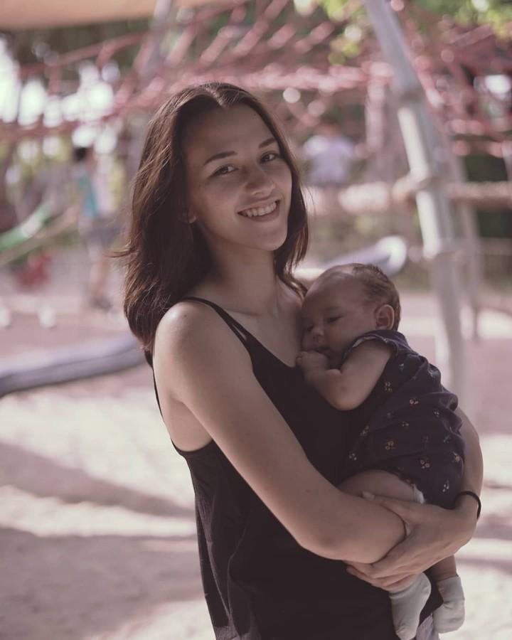 Dahlia Poland Christian bisa dibilang 'mamud' yang cantik. Di usianya yang masih 22 tahun, ia sudah dikaruniai dua anak yang menggemaskan. Intip foto-fotonya.