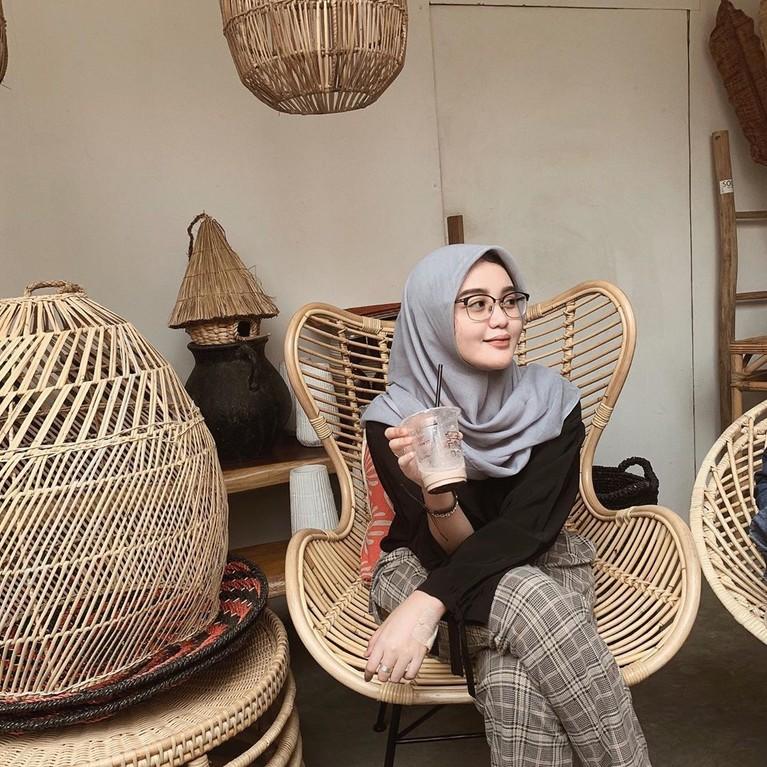 Menginjak usia 20 tahunan, Tia tampak cantik tampil menggunakan hijab.