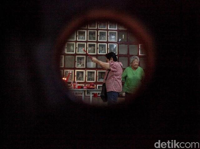 Begini Potret Warga Tionghoa Berziarah Jelang Imlek