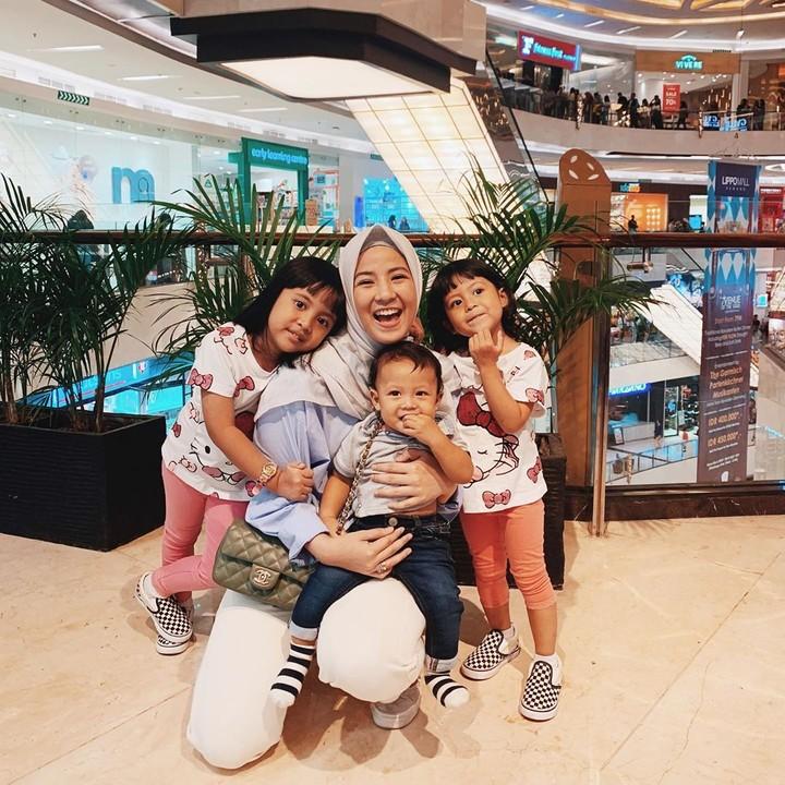 Meski baru berusia 26 tahun, Natasha Rizky sudah memiliki tiga orang anak lho. Bunda intip yuk, potret keceriaan Natasha Rizky saat bersama ketiga anaknya.