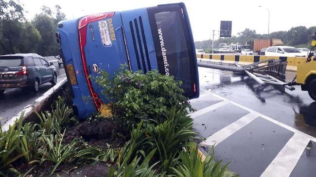 Kecelakaan bus Damri jurusan Bekasi-Bandara, pagi tadi, disebut karena sopir mengantuk. Tak ada korban jiwa dalam kecelakaan itu.