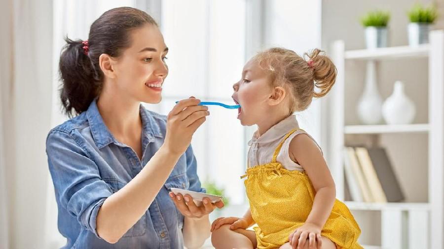 5 Kebiasaan Sepele yang Harus Dihindari Saat Memberi Anak Makan