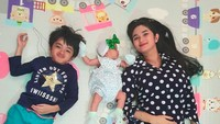 <p>Ketika Feby momong kedua anaknya, seperti kakak sedang momong adiknya ya? (Foto: Instagram @febymarcelia)</p>