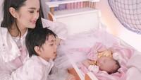 <p>Bersama kedua anak tercinta, Igneel dan Baby G menggemaskan banget ya, Bunda. (Foto: Instagram @febymarcelia)</p>