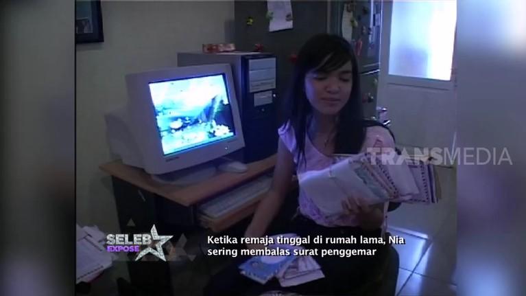 Sebelum kini kerap mendapat nyinyiran netizen, Nia ternyata dulu sering membalas surat penggemar yang ditujukan padanya.
