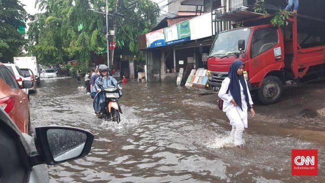 Berdasarkan pantauan TMC Polda Metro Jaya, genangan banyak ditemukan di Jakarta Utara dengan ketinggian hingga 60 sentimeter.