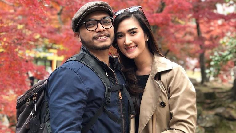 Sayangnya, wanita cantik itu telah menikah dengan seorang lelaki yang diketahui bernama Asyahbana. Banyak yang patah hati saat mengetahui penjual tahu viral ini sudah menikah.
