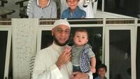 <p>Syekh Jaber bersama anak dan keponakannya. (Foto: Instagram @syekh.alijaber)</p>