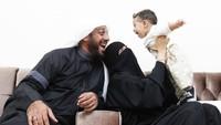 <p>Da'i bernama lengkap Ali Saleh Mohammed ini memiliki istri asli Indonesia yaitu Umi Nadia. Ia dikaruniai dua anak bernama Hasan dan Fahad. (Foto: Instagram @syekh.alijaber)</p>