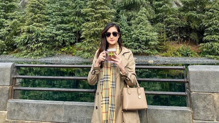 Pedagang tahu di kawasan MRT Haji Nawi, Fatmawati, Amanda Nurani mendadak viral karena paras cantiknya ketika berjualan tahu. Berikut foto-foto cantiknya.