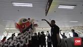 LRT Jakarta menggelar pertunjukan barongsai dan liang liong pada Tahun Baru Imlek untuk menghibur penumpang.