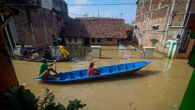 Dua kecamatan di Kabupaten Bandung dan Kota Bandung, Jawa Barat terencam banjir akibat hujan dengan intesitas tinggi menyebabkan sungai meluap.