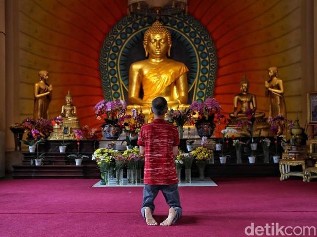 Melihat Khusyuknya Ibadah Imlek di Vihara Dhammacakka Jaya