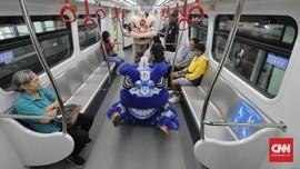 FOTO: Atraksi Barongsai di LRT Saat Imlek