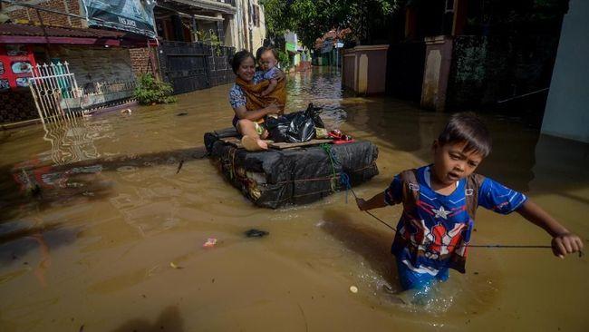 Hujan dengan intensitas tinggi di Kota Bandung menyebabkan banjir dan 400 rumah di Kecamatan Gedebage terendam.