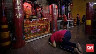 Ribuan Orang Kunjungi Vihara Dharma Bakti di Imlek 2020